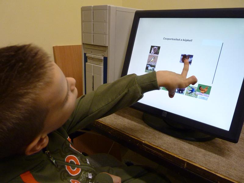 Érintő képernyő alkalmazása mozgássérült tanulók oktatásában