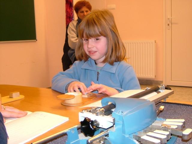 Vak gyermek Braille gépen tanul írni
