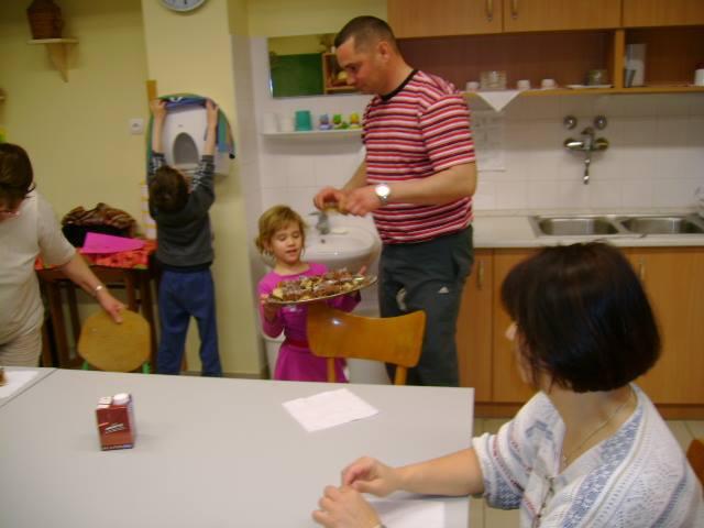 Nagymamának szeretettel adtuk a kalácsot, ő pedig jószívvel adott egy kicsit nekünk is kemény munkák gyümölcséből.
